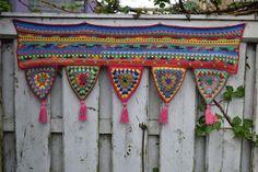 Crocheted toran in bright, happy colors, valance, boho decoration, window decoration door craftsbymischa op Etsy Crochet Home, Love Crochet, Crochet Motif, Crochet Flower Patterns, Crochet Flowers, Rideaux Boho, Granny Square Projects, Ramadan Crafts, Crochet Curtains