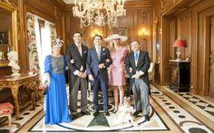 Ana Mª Pérez acompañada de su familia en la boda de su hijo Quique.