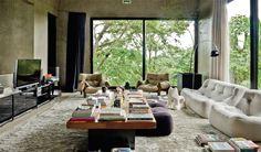 Casa com muito concreto e vidro no meio do cerrado - Casa.com.br