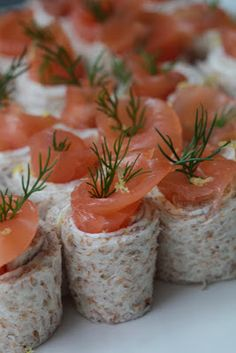 Pequeños rollos con salmón ahumado, St Moret, limón, eneldo Aperitivo   Cenamos en Nanou