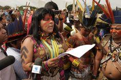 Sonia Guajajara, da diretoria da APIB (Articulação dos Povos Indígenas do Brasil) durante a Mobilização Nacional Indígena. Foto: Kamikia Kisedje (terça, 27/05)