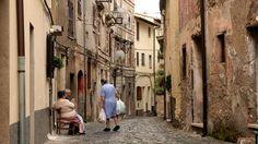 Acciarolissa asuu noin 300 yli satavuotiasta, joiden perimää ja elintapoja tutkitaan seuraavat puoli vuotta. Kyläläisten tavat yllättivät jo tutkimuksen johtajan.