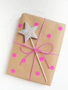 Originele manier van inpakken, met een echte toverstaf. #inpakpapier #roze #wrapping #pink