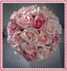 Buquê com rosas em e.v.a. O buquê da noiva tem aproximadamente 40 rosas e possui 3 tons de rosa. O acabamento de fita de cetim, entre outros adereços podem ser na cor de sua preferência.  Confecciono o buque da daminha e da madrinha no mesmo modelo.