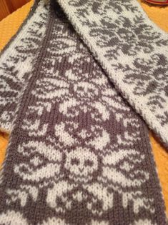 Double sided knitted skull scarf in charcoal and cream.  Pattern is from Deathflake Mittens on Ravelry.