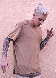 Justin Bieber at Celebrity Store USA. Justin Bieber Style, Justin Bieber Pictures, Justin Bieber Long Hair, Justin Bieber Fashion, Dani Russo, Man Bun Hairstyles, Justin Bieber Wallpaper, Hair Cuts, Handsome