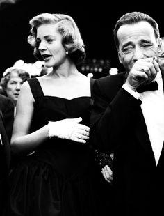 Lauren Bacall y Humphrey Bogart. Él, cagado de la risa.