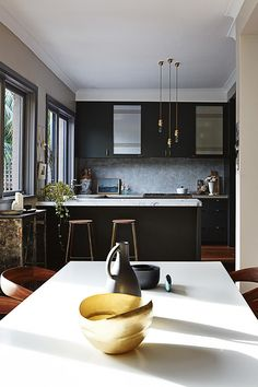 owned by a stylist/interior designer (Claire Delmar).Via Homelife, photos by Anson Smart Happy Friday! - desire to inspire - desiretoinspire.net