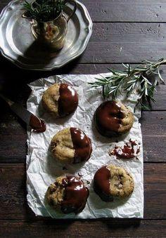 rosemary, hiddles & honey dark chocolate-dipped cookies | une gamine dans la cuisine
