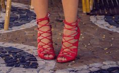 como usar sandalia de amarrar vermelha