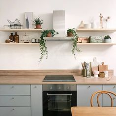 Kitchen with open shelving #lacasaenrosa #kitchen #openkitchen #shelvingkitchen #shelfie #grey #wood #gold #greykitchen #greygoldkitchen #woodkitchen #roomdecor #decor #