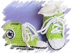 Idées cadeaux de naissance à 9 mois et on peut personnaliser  les couleurs. Fait-main crochet Converse basket.
