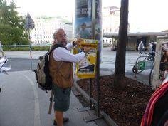 Enviant postals al Televall i a casa. Davant la Universitat de Vièna (Àustria).