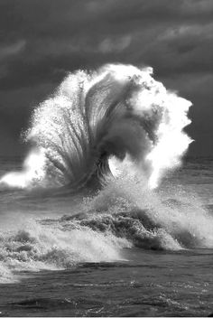 These Perfectly Timed Photos Are Absolutely Real XXXXX Force of Mother Nature ~ epic wave **waves are super hard for me to draw so i want to challenge myself and be able to draw . Image Nature, All Nature, Beauty Of Nature, Amazing Photography, Nature Photography, Summer Photography, Waves Photography, Cool Photos, Beautiful Pictures
