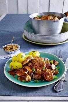 Unser beliebtes Rezept für Weißwurst-Gulasch zu Petersilien-Kartoffeln und mehr als 55.000 weitere kostenlose Rezepte auf LECKER.de. Bratwurst, Potato Salad, Curry, Potatoes, Chicken, Meat, Ethnic Recipes, Gabi, Bavaria