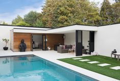 Pool house in hardhout en crepi pool house en bois exotic and crépi Pool House, Building A Pergola, Pool Houses, Pergola Designs, Pool Lounge, Outdoor Spaces, Modern Pool House, Modern