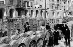 Botti di olio di oliva nel porto di Oneglia, pronte per l'imbarco. Imperia, Liguria. Old photo. #essenzadiriviera.com