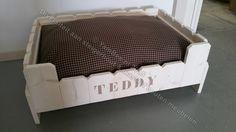 Wit geschuurde steigerhouten hondenmand met mocca kleur naam Teddy ...