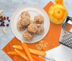 Ladda upp med smarriga små energibomber. De får en naturlig sötma från bären, härlig nötcrunch och en god saftighet från de rivna morötterna.  Perfekta som ett litet mellanmål inför träningen eller som ett sundare alternativ till fikat!