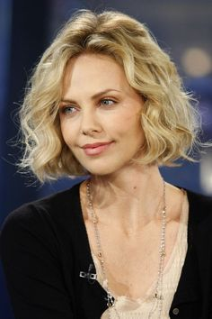 Makeup & Hair Ideas: Charlize Theron et son carré bouclé Curly Hair Styles, Short Curly Hair, Medium Hair Styles, Short Hair Cuts, Short Wavy Hairstyles For Women, Blonde Curly Bob, Thin Wavy Hair, Short Wavy Bob, Haircuts For Wavy Hair