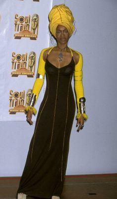 erykah badu style Erykah Badu Style Evolution: From Towering Head Wraps To Crazy Top Hats (PHOTOS) Black 90s Fashion, Afro Punk Fashion, 2000s Fashion, Hip Hop Fashion, Fashion Moda, Look Fashion, Black Girls, Black Women, Mode Outfits