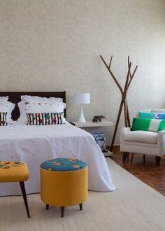 Veja como usar bordados na decoração da sua casa de forma moderna e equilibrada.