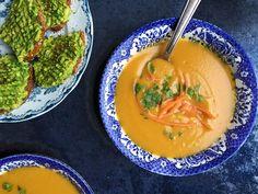 Carrot soup with ginger and orange recipe in english at the bottom of the page 👇🏾 Høst er suppetid ogdet er atskillig myke varme og kos i en rykende suppetallerken med masse smak og gjerne godt brød til. I dag har jeg laget en enkel og god gulrotsuppe som jeg serverer med brødskiver toppet med avokado og krydder. Carrot Soup, English Food, Orange Recipes, Vegetarian Food, Thai Red Curry, Carrots, Ethnic Recipes, Vegetarian Cooking, Carrot