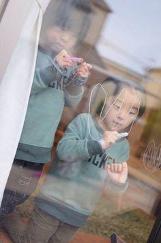 2015/2/19掲載 「mkk_24』さんの双子ちゃんたちが真剣におえかきしている写真。  https://www.facebook.com/kitpas2005  #kitpas #キットパス