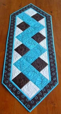 Nähen Birdhouse Cottage Crafts - How to select the right color clothes? Patchwork Table Runner, Table Runner Pattern, Table Runner And Placemats, Quilted Table Runners, Quilt Block Patterns, Quilt Blocks, Hexagon Quilt, Quilting Projects, Quilting Designs
