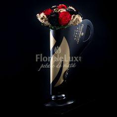 Am creat special pentru tine si pentru ea, zeita ta, acest buchet pe care noi il numim Golden Heart, din 5 trandafiri rosii, 5 trandafiri negri si 9 trandafiri aurii, asezati cu eleganta si sarm in suportul nostru Black&Gold unic in Romania! Trandafirii negri si aurii sunt vopsiti de catre maestrii floristi FlorideLux. Peta, Floral, Modern, Home Decor, Cots, Elegant, Trendy Tree, Decoration Home, Room Decor