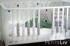 Set bestehend aus fünf Polstern Dilan (grau/weiße Sterne) und fünf Polstern Evin (weiß, graue Sterne) Unsere Gitterstabpolster sind in erster Linie zum Schutz des Babyköpfchens vor Stößen gedacht. Gemäß Ärzten und Hebammen ist eine ausreichende Luftzirkulation im Babybett oder Laufstall