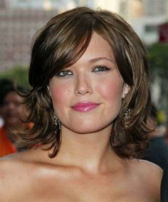 View yourself with Mandy Moore hairstyles and hair colors. View styling steps and see which Mandy Moore hairstyles suit you best. Medium Short Haircuts, Round Face Haircuts, Medium Hair Cuts, Hairstyles For Round Faces, Hairstyles With Bangs, Short Hair Cuts, Medium Hair Styles, Cool Hairstyles, Short Hair Styles