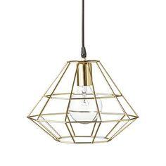 Den fantastiska Pernille taklampa mellan från danska Bloomingville är en modern lampa som passar lika bra i köket som i vardagsrummet eller hallen. Den populära Pernille har en grafisk design i metall och blir riktigt effektfull med en stor glödlampa. En cool lampa som kommer lysa upp hela rummet!