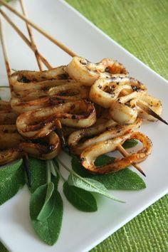 Squid skewers with sage and pepper – culinary passion by Minouchka - Calamari Grilling Recipes, Fish Recipes, Seafood Recipes, Asian Recipes, Cooking Recipes, Healthy Recipes, Fingers Food, Bbq Skewers, Kebabs