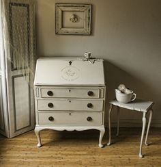 Vintage Shabby Chic Bureau painted with Annie Sloan's 'Original' and 'Paris Grey' Another fancy Vintage Shabby Chic piece of ours. And this one is simply unique. We buy and sell a lot of furniture, and since we started, we did have not seen such an exceptional piece. Unfortunately, we do not know how old it …