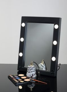 MW01.TSK MAKEUP PORTABLE MIRROR WITH LIGHTS. Makeup Vanity Mirrors. Cantoni for professional makeup mirror, with neutral light for makeup professionals. Portable, light, easy to transport, good price. #makeupmirrors #portable #lights