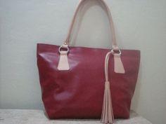 bolsa confeccionada em couro,ferragens de excelente qualidade,forro de cetim, um bolso interno com zíper e porta celular R$ 262,00