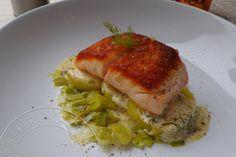 Pavé de Saumon à l'unilatérale sur son lit de Poireaux et Pommes de terre, sauce à l'Aneth - Cuisine Addict