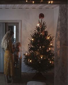 my scandinavian home: Christmas Tree in a Tour of A Cosy, Rural Swedish Country . Types Of Christmas Trees, Christmas Mood, Scandinavian Christmas, Modern Christmas, Simple Christmas, White Christmas, Country Christmas, Christmas Ideas, Xmas
