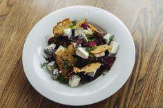 Deilig vegetarrett til koldtbordet eller buffeten servert med dillsaus.