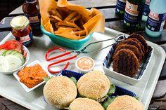 Sojafärsburgare till grillen   Kung Markatta - kungen av ekologiskt Fasta och rejäla vegoburgare marinerade i barbequesås och serverade med nybakta hamburgerbröd, grillade på en kolgrill så klart!