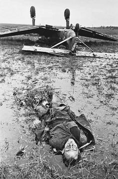 Damaged Junkers Ju-87 (Ju 87), made an emergency landing in a field in which he rolled up the chassis. In the foreground is the corpse of the rear gunner. Vicinity of Leningrad.