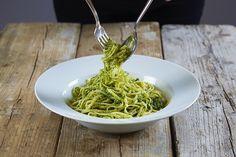 Pesto er enkelt å lage selv og den smaker best nylaget. Prøv grønnkål i pestoen og mandler i stedet for basilikum og pinjekjerner. Pesto, Spaghetti, Ethnic Recipes, Food, Basil, Essen, Meals, Yemek, Noodle