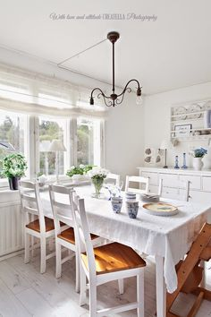 Lovely Scandinavian-style home.  Here, a pretty kitchen with lots of whites and light! I Lilla Kamomillas Villa