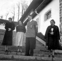 27 listopada 1938 r. Adolf Hitler na schodach Berghof przed przybyciem Franza Xavera Schwarza i jego żony na jego własne urodziny, z albumów Evy Braun