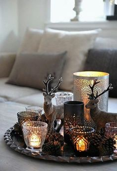 30 Winterdeko Ideen nach Weihnachten: Winterliche Dekoration im Januar Winter Deko Ideen zu Hause winterliche motive servierbrett déco Noel Christmas, Rustic Christmas, Winter Christmas, Christmas Coffee, Christmas Vignette, Simple Christmas, Christmas Candles, Nordic Christmas, Christmas Design