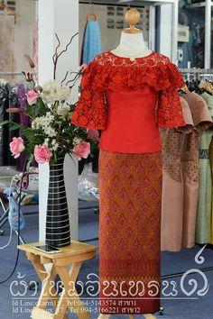 Myanmar Traditional Dress, Thai Traditional Dress, Traditional Outfits, Elegant Dresses, Pretty Dresses, Model Kebaya, Indian Skirt, Thai Dress, Brokat