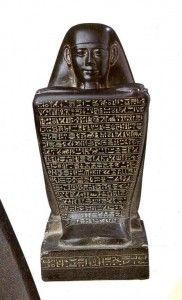 Statue cube avec un sourire saïte – Égypte du dernier millénaire – Musée du Louvre
