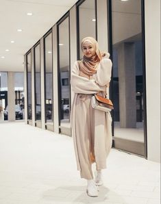 Are You A Young Muslimah Girl Starting College This Year And Looking For Casual And Comfy College Outfit Ideas With Hijab? Then You Are In The Right Place To Get Some Great Inspiration On Summer College Outfits, Winter College Outfits, Simple College Outfits, The First Day Of College Outfit With Hjab And Much More. #hijab #hijabfashion #collegeoutfit #teenagerposts