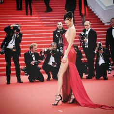 Pin for Later: Bella Hadid Fait le Buzz Sur la Croisette